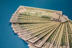 Μεγάλος παχύς ρόλος χρημάτων που απομονώνεται σε ένα μπλε υπόβαθρο