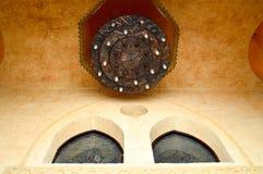 Μεγάλος πολυτελής καφετής αραβικός πολυέλαιος με τα κεριά και τα σχέδια και διακοσμήσεις στο υψηλό ανώτατο όριο πετρών ενός αρχαί Στοκ εικόνα με δικαίωμα ελεύθερης χρήσης