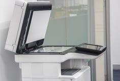 Μεγάλος πολυ λειτουργικός εκτυπωτής που στέκεται στην αρχή για τη χρήση στην αντιγραφή, ανίχνευση στοκ φωτογραφίες