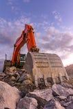 Μεγάλος πορτοκαλής εκσκαφέας στις οικοδομές της Μαδρίτη-Segovia-Βαγιαδολίδ εθνικής οδού Ισπανία Στοκ φωτογραφία με δικαίωμα ελεύθερης χρήσης