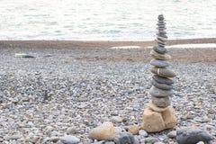 Μεγάλος πύργος των πετρών στην παραλία Μαύρης Θάλασσας στοκ εικόνα