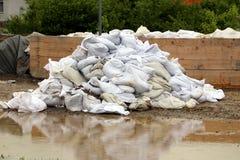 Μεγάλος σωρός άσπρα sandbags που χρησιμοποιούνται για την αναμονή προστασίας πλημμυρών που αφαιρείται μετά από την πλημμύρα που π στοκ φωτογραφίες με δικαίωμα ελεύθερης χρήσης
