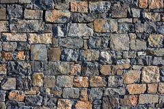 Μεγάλος τοίχος των φυσικών πετρών γρανίτη του διαφορετικών μεγέθους και του χρώματος, γκρίζα σύσταση μια θερινή ημέρα, πολύχρωμος Στοκ Φωτογραφίες