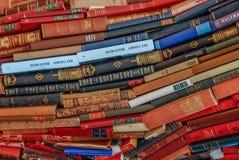 Μεγάλος χρωματισμένος σωρός βιβλίων στοκ φωτογραφία