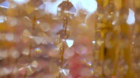 Μεγάλος όμορφος πολυέλαιος πολυτέλειας κρυστάλλου Με η bling να λάμψει αντανάκλαση Πολυέλαιος κρυστάλλου Κλείστε επάνω απόθεμα βίντεο