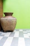Μεγάλου μεγέθους ξύλινο βάζο ύφανσης που στέκεται στη γωνία ξύλινου και yel Στοκ Φωτογραφίες