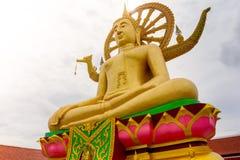 Μεγάλο άγαλμα του Βούδα στο χρυσό χρώμα στο μεγάλο ναό του Βούδα, Koh Samui, Στοκ Φωτογραφία