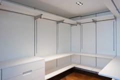 Μεγάλο άσπρο εισαγώμενο ντουλάπι με το παρκέ Στοκ Εικόνες