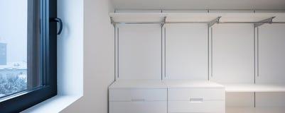 Μεγάλο άσπρο εισαγώμενο ντουλάπι με το παρκέ Στοκ Φωτογραφία