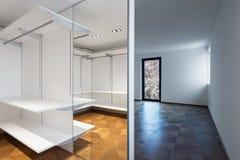 Μεγάλο άσπρο εισαγώμενο ντουλάπι με το παρκέ Στοκ φωτογραφία με δικαίωμα ελεύθερης χρήσης