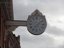Μεγάλο άσπρο υπαίθριο εξωτερικό ρολόι Στοκ Φωτογραφίες