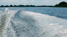 Μεγάλο ίχνος βαρκών με τα foamy κύματα και τους ψεκασμούς φιλμ μικρού μήκους