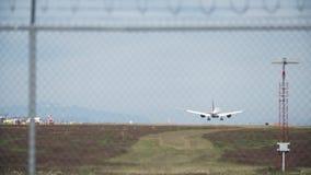 Μεγάλο αεροπλάνο αεριωθούμενων αεροπλάνων σχετικά με κάτω 4K UHD απόθεμα βίντεο
