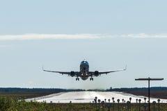 Μεγάλο αεροπλάνο επιβατών που απογειώνεται και που πετά από έναν αερολιμένα στοκ εικόνες