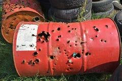 Μεγάλο βαρέλι μετάλλων με τις τρύπες που γίνονται από τα κυνηγετικά όπλα στοκ φωτογραφίες