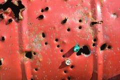 Μεγάλο βαρέλι μετάλλων με τις τρύπες που γίνονται από τα κυνηγετικά όπλα στοκ εικόνα με δικαίωμα ελεύθερης χρήσης