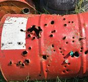 Μεγάλο βαρέλι μετάλλων με τις τρύπες που γίνονται από τα κυνηγετικά όπλα στοκ φωτογραφίες με δικαίωμα ελεύθερης χρήσης