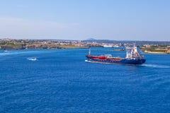 Μεγάλο βυτιοφόρο βενζίνης που πλέει την ακτή Menorca, Ισπανία Στοκ εικόνα με δικαίωμα ελεύθερης χρήσης