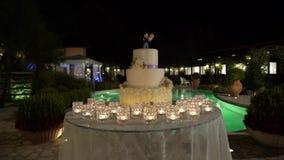 Μεγάλο γαμήλιο κέικ στα πλαίσια της λίμνης, ολισθαίνων ρυθμιστής, νύχτα φιλμ μικρού μήκους
