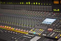 Μεγάλο γραφείο αναμικτών μουσικής στο στούντιο καταγραφής Στοκ Εικόνες