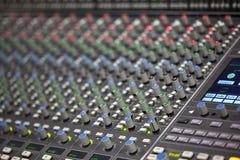 Μεγάλο γραφείο αναμικτών μουσικής στο στούντιο καταγραφής Στοκ φωτογραφία με δικαίωμα ελεύθερης χρήσης