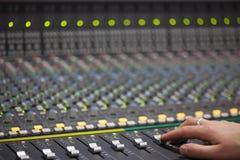 Μεγάλο γραφείο αναμικτών μουσικής στο στούντιο καταγραφής Στοκ Φωτογραφίες