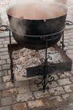 Μεγάλο δοχείο καζανιών μετάλλων για το μαγείρεμα στο υπαίθριο φεστιβάλ οδών Στοκ φωτογραφία με δικαίωμα ελεύθερης χρήσης