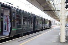 Μεγάλο δυτικό συνδεδεμένο το Λονδίνο τραίνο σιδηροδρόμων από το σταθμό Newbury, UK στοκ εικόνα με δικαίωμα ελεύθερης χρήσης