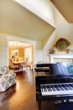 μεγάλο δωμάτιο πιάνων διαβίωσης κρέμας κίτρινο Στοκ Εικόνα