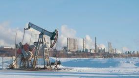 Μεγάλο εργοστάσιο πετροχημικών με την αντλία για την παραγωγή αργού πετρελαίου Στοκ Φωτογραφίες