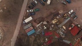 Μεγάλο εργοτάξιο οικοδομής με τα conteiners και τα αυτοκίνητα - εναέρια cinematic άποψη υπερυψωμένη απόθεμα βίντεο