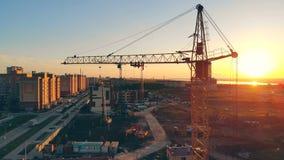 Μεγάλο εργοτάξιο οικοδομής στα περίχωρα Πολλοί γερανοί σε μια περιοχή, που χτίζει τις νέες γειτονιές απόθεμα βίντεο