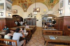 Μεγάλο εστιατόριο μπύρας στο κέντρο του Μόναχου στοκ φωτογραφίες