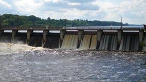 Μεγάλο ευρύ φράγμα με το οποίο πηγαίνει θυελλώδες στράγγιγμα νερού στην τάφρο τοίχων απόθεμα βίντεο