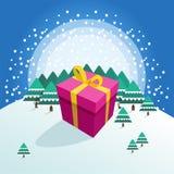 Μεγάλο ζωηρόχρωμο συσκευασμένο κιβώτιο δώρων στο χειμερινό δασικό υπόβαθρο στοκ φωτογραφία