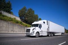 Μεγάλο ημι φορτηγό εγκαταστάσεων γεώτρησης με το ημι ρυμουλκό σημαιοφόρων που πηγαίνει στο πνεύμα εθνικών οδών Στοκ φωτογραφία με δικαίωμα ελεύθερης χρήσης