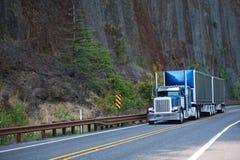 Μεγάλο ημι φορτηγό καπό εγκαταστάσεων γεώτρησης μπλε κλασικό αμερικανικό με δύο που καλύπτεται στοκ φωτογραφία με δικαίωμα ελεύθερης χρήσης