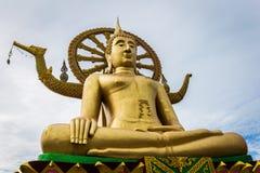 Μεγάλο κίτρινο άγαλμα του Βούδα σε Wat Phra Yai - μεγάλος ναός του Βούδα Στοκ φωτογραφία με δικαίωμα ελεύθερης χρήσης