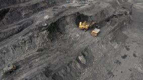 Μεγάλο κίτρινο βαρύ φορτηγό σε ανοικτό - χυτή μεταλλεία ορυχείων του άνθρακα το γενικό σχέδιο Ανθρακιτική μεταλλεία ανοικτών κοιλ φιλμ μικρού μήκους