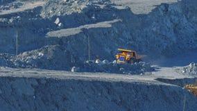 Μεγάλο κίτρινο μετάλλευμα μεταφορών φορτηγών σε ένα ορυκτό λατομείο αμιάντων φιλμ μικρού μήκους