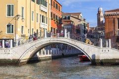 Μεγάλο κανάλι, γέφυρα πέρα από το δευτερεύον κανάλι, Βενετία, Ιταλία Στοκ Εικόνες