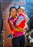 Μεγάλο κορίτσι με τις πλεξούδες που κρατά το μικρό παιδί, Νεπάλ στοκ φωτογραφία με δικαίωμα ελεύθερης χρήσης