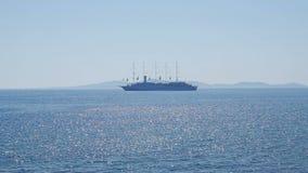 Μεγάλο κρουαζιερόπλοιο με τη σκιαγραφία πέντε ιστών στον ορίζοντα φιλμ μικρού μήκους