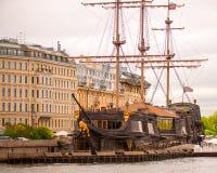 Μεγάλο κτήριο και παλαιός κουρευτής ζώων Στοκ Εικόνες