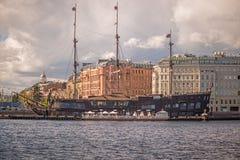 Μεγάλο κτήριο και παλαιός κουρευτής ζώων Στοκ εικόνες με δικαίωμα ελεύθερης χρήσης