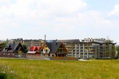 Μεγάλο κτήριο ξενοδοχείων και σύγχρονα κατοικημένα σπίτια Στοκ εικόνα με δικαίωμα ελεύθερης χρήσης