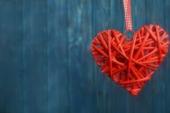 Μεγάλο κόκκινο ξύλινο μπλε υπόβαθρο καρδιών για διακοπές Στοκ φωτογραφία με δικαίωμα ελεύθερης χρήσης