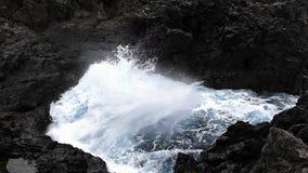 Μεγάλο κύμα που συντρίβει στον απότομο βράχο των βράχων λάβας Δύο ταχύτητες παιχνιδιού φιλμ μικρού μήκους