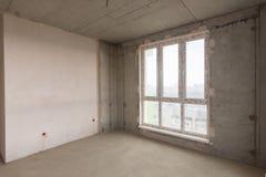 Μεγάλο λεκιασμένο παράθυρο γυαλιού και επικονιασμένος τοίχος σε ένα νέο κτήριο Στοκ φωτογραφίες με δικαίωμα ελεύθερης χρήσης
