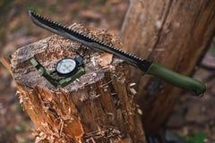 Μεγάλο μαχαίρι με την πυξίδα στη forestSelective εστίαση Στοκ Εικόνες